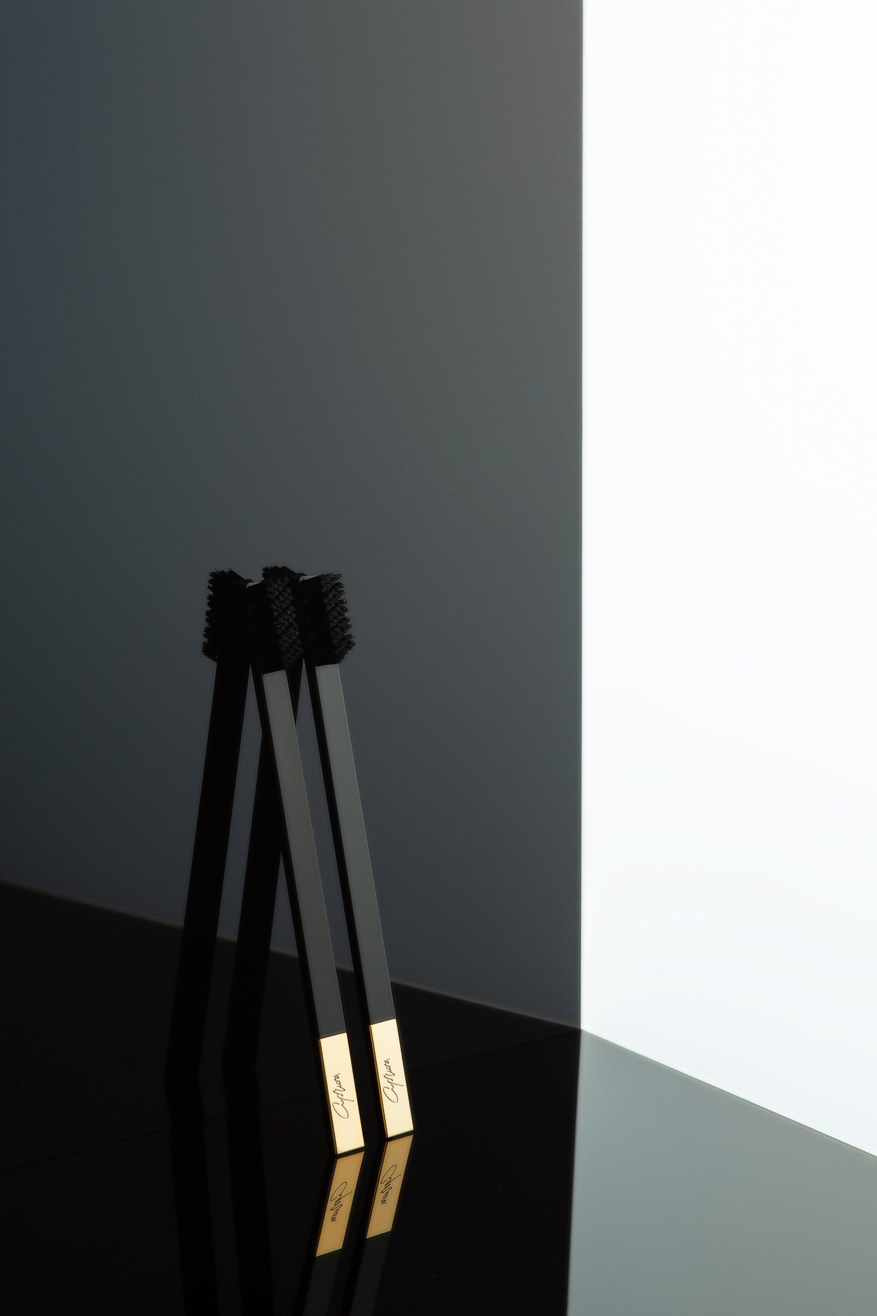 Дизайнерская черная зубная щетка SLIM by Apriori с золотом