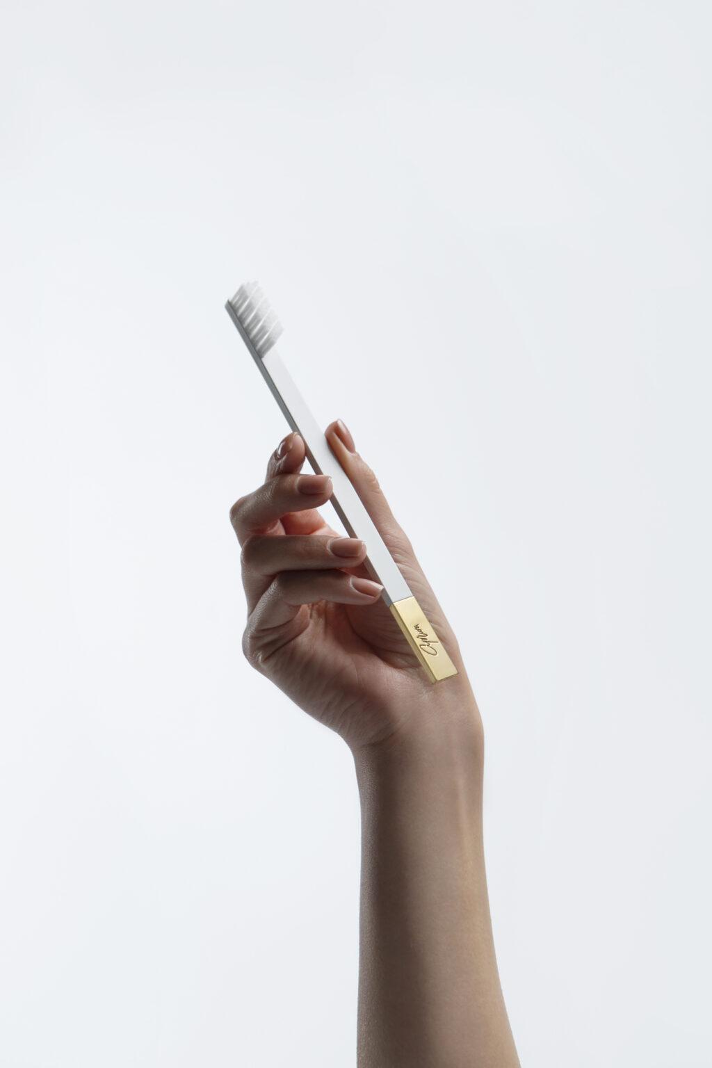 Дизайнерская зубная щётка SLIM by Apriori белая с золотом